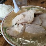 88539209 - チャーシュー麺(大)+めし。漬け物がバリうま