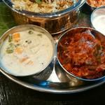 インド食堂 チャラカラ - 左:ケララベジタブルシチュー 右チキンチリ 単品でそれぞれ300円です(≧∇≦)b