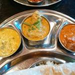 インド食堂 チャラカラ - 左:ほうれん草のダール 中央:チキンクルマ 右:バターチキン