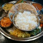 インド食堂 チャラカラ - カレープレートランチ 3種盛り1200円 半ライス、チャパティ1枚、野菜のおかず付きなり