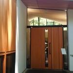 レストラン デュ パルク - 大きな木の扉
