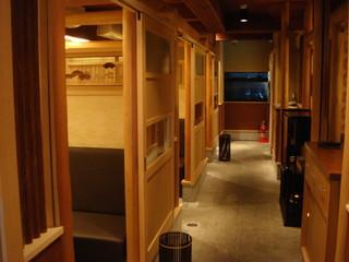 京料理 春神 - 個室が並ぶ店内