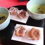 六義園 吹上茶屋 - 冷抹茶と人形焼セット