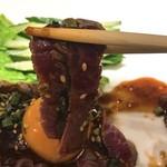 ニクヤキ ギンキョウ - 牛モモ肉のスーパーレアステーキ ユッケ風味