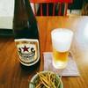 手打蕎麦 SOBA.る - 料理写真:サッポロラガー赤星 中瓶で600円(税別) お酒を頼むとついてくるのかな、お通しのきんぴらごぼうは100円。