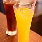 カフェ・エイチ&ピー・バイ・ハート&ピース - ドリンク写真:オレンジジュースとアイス珈琲