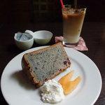 Chiffon Cafe Soie - シフォンケーキはショーケース、飲物はメニューから好きなものを選べます!
