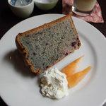 Chiffon Cafe Soie - ブルーベリーシフォンケーキ。今日は赤いメロンが添えられてました