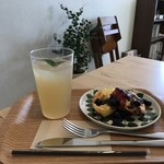 cafeひなぎく - 料理写真:リンゴとジンジャーのジュースとパンヌカック