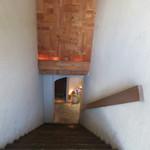 88576221 - 急な階段を降りる