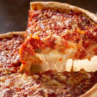 本物のチーズがたっぷり入ったシカゴスタイルピザ