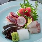 お刺身定食(ご飯・味噌汁・サラダ・漬物・生卵つき)