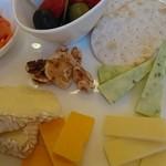 88598916 - チーズ四種類とオリーブとドライトマト