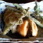 手打蕎麦ゆい - 野菜天ぷら(椎茸、蓮根、いんげん、さつま芋、万願寺唐辛子、柿?、なんかの葉っぱ2種)