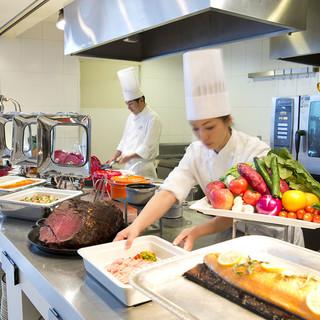 オープンキッチンから、できたての料理を提供。