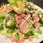 プールトワ - 豚レバーの燻製とサラダ