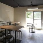 中目黒ひつじ - 窓もあり開放的な2階席