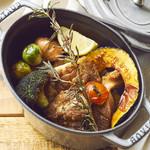 OUTDOOR CAFE MEER LOUNGE - チキンとゴロゴロ野菜の熱々ダッチオーブン焼き