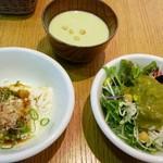 じねんと食堂 - うすい豆の冷製スープ、冷やっこ、生野菜には九条ネギのドレッシングをかけて