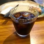 88617123 - 食後のアイスコーヒー(ランチ代に込み)。背景に、残したチキン南蛮が何気に写っている。アイスコーヒーは、独特の風味があって美味しいと思う。(業務用かも知れないが)