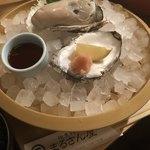 地魚料理 まるさん屋 - デカイ!!岩カキ