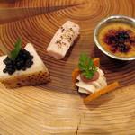 Restaurant Cinq - アミューズ:丹波地鶏胸肉の低温調理キャビアのせ/丹波地鶏ささみ/クリームチーズ サブレサンド/フォアグラブリュレ('18年4月下旬)
