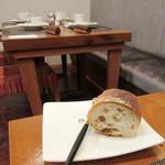 Restaurant Cinq - コースにつくバゲット('18年4月下旬)