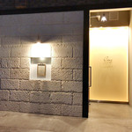 Restaurant Cinq - 夜の外観。吉田駅から徒歩2分('18年4月下旬)