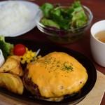山辺スイーツカフェ - 濃厚チェダーチーズのハンバーグ