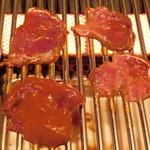 肉盛り酒場 とろにく - ルーミート(天然のカンガルーの肉)を焼いているところ
