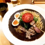 88634482 - 「富士幻豚和えそば 1500円 ※5食限定」です。黒いコップも実はスープ。かけてもいいし、そのまま飲んでもいいしというニュースタイル!