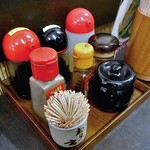 大江戸 - 卓上に常備された調味料類