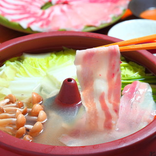 「石垣牛」や「あぐー豚」など沖縄県産のお肉と旬菜を中心に。