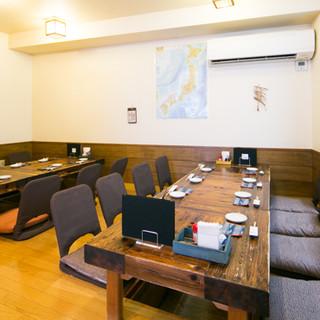 ゆったりと座れるテーブル席や最大18名迄のお座敷個室も完備◎