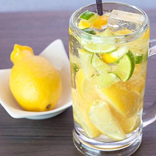 シュワッと爽やか!凍らせレモンの「鶏次サワー」