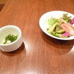 神戸パスタ パスタ&スイーツ - セットサラダとワカメスープ