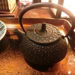 津軽じょっぱり漁屋酒場 - 焼き塩辛茶漬けの出汁の入った急須