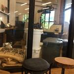 ゼブラ コーヒーアンドクロワッサン - 店内にある焙煎機