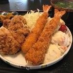 Sakesakanaomata - 大きなエビフライと唐揚げ(^ ^)             タルタルソースとポテトサラダも