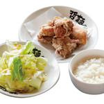東京発祥豚骨ラーメン 哲麺縁 - 平日のお得な「おまかせセット」ライス(中)、唐揚げ4個、うましおキャベツのセットです。