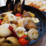 ダンスキューブ・カフェ - 魚介とキノコのアヒージョ