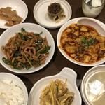 本格四川料理 三鼎 - ◆A(麻婆豆腐・小)とB(青椒肉絲):1100円(税込)のセットを。 辛い物苦手なのですけれど、なぜか時々「麻婆豆腐」を頂きたくなるという・・(^^;) 「麻婆豆腐(小)」「青椒肉絲(小)」「もやしと春雨の辛味和え」「点心」「キノコと卵のスープ」「ご飯」 「メンマ」「杏仁豆腐」が並び、あら豪華。なんだか嬉しい。^^