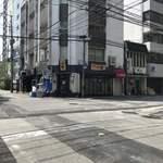博多一双 - まだ行列がない開店前です。電線がすごいね。