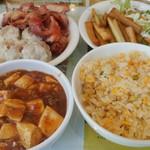 88673484 - ここの定番なるセルフサービス副食。この他に、白飯、スープ、フルーツ、杏仁豆腐もあり、ほとんど食べ放題状態