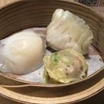DAISANGEN 大三元 台湾飲茶 - ◆海老餃子、フカヒレ餃子、豚肉焼売など。 お醤油やラー油などはテーブル上にはなく、調理カウンターに用意されています。