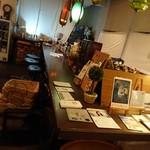 カフェキネマ - 店内。ステンドグラスがアチコチに。。(^^)