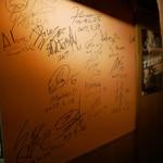 88675979 - ここの壁以外にも色々サインがありましたっ