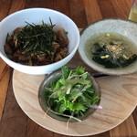 Far Yeast Tokyo Craft Beer & Bao - 豚バラ旨煮と高菜スパイス丼とサラダ・スープセット