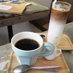 モニカ&アドリアーノ - ホットコーヒー&アイスカフェラテ