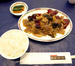 桃花源 - 〔日替〕豚肉とこんにゃくの唐辛子炒め(¥1404)。唐辛子の輪切りは風味付けであり、食べる必要はない(^-^)